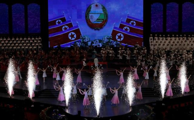 Khác với các sự kiện trước đây, chủ đề của buổi hòa nhạc mừng Quốc khánh Triều Tiên năm nay không nhắc tới các chương trình hạt nhân hay tên lửa, thay vào đó chủ yếu tập trung vào chủ đề kinh tế. (Ảnh: Reuters)