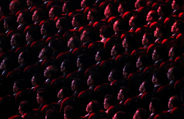 Thay vì hình ảnh tên lửa như mọi năm, những hình ảnh được chiếu trên sân khấu của buổi hòa nhạc tối 8/9 là các nhà máy, xưởng thép và những cánh đồng trù phú, cùng với đó là những địa điểm nổi tiếng tại Triều Tiên. (Ảnh: Reuters)