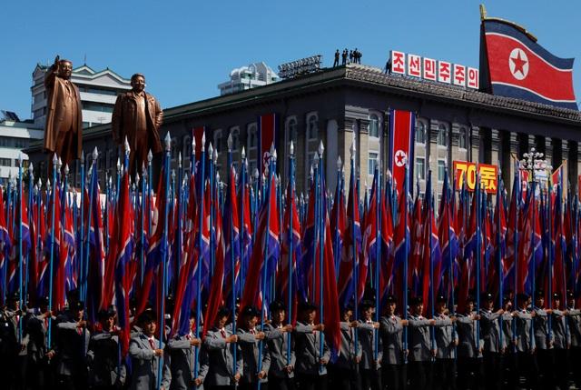 Nhà lãnh đạo Kim Jong-un cũng tới dự lễ duyệt binh sáng nay, song ông không phát biểu trước người dân. Người thay ông Kim Jong-un phát biểu là Chủ tịch Quốc hội Triều Tiên Kim Yong-nam. (Ảnh: Reuters)