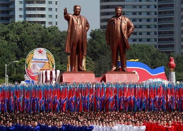 Các đội diễu hành tập trung trước tượng đài hai cố lãnh đạo Kim Nhật Thành và Kim Jong-il tại lễ duyệt binh ở Bình Nhưỡng. (Ảnh: Reuters)