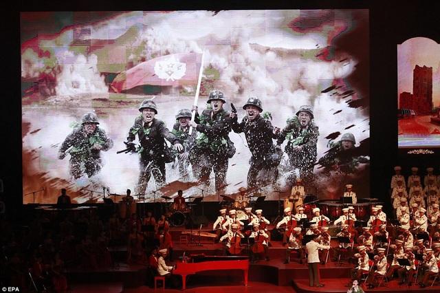 Tại buổi hòa nhạc, Triều Tiên vẫn chiếu một số cảnh quay ngắn về lực lượng quân sự, tuy nhiên đó chỉ là hình ảnh về các khí tài thông thường như xe tăng, máy bay và các binh sĩ, thay vì tên lửa và hạt nhân như trước đây. (Ảnh: EPA)