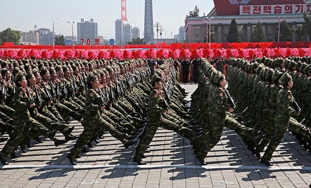 Truyền thông Hàn Quốc nhận định lễ duyệt binh mừng Quốc khánh của Triều Tiên năm nay không có nhiều khí tài quân sự hạng nặng, song màn diễu hành của các binh sĩ thuộc các binh chủng của lực lượng vũ trang Triều Tiên vẫn rất ấn tượng. (Ảnh: Nathan VanderKlippe)