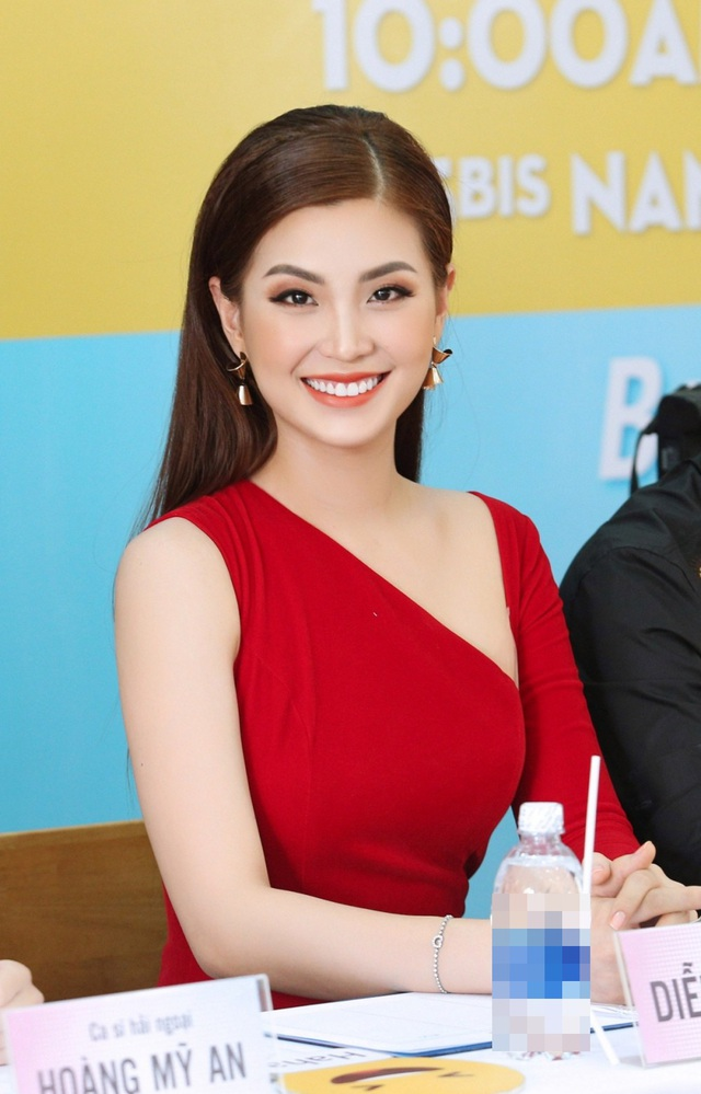 Trong khi đó, Á hậu Diễm Trang nửa kín nửa hở với đầm đỏ rực rỡ.