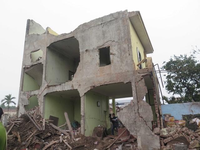 Ngôi nhà 3 tầng xây kiên cố bị sức ép của vụ nổ xé toang.