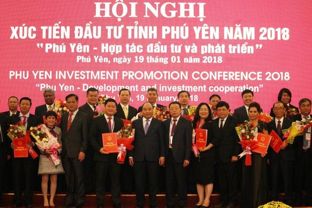 Thủ tướng cùng lãnh đạo tỉnh Phú Yên trao các chứng nhận đầu tư và chủ trương đầu tư