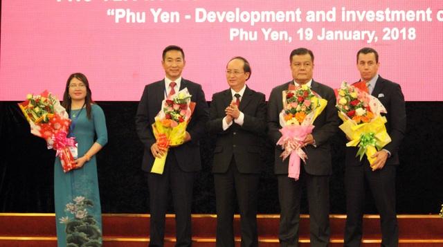 Lãnh đạo tỉnh trao chứng nhận đầu tư cho các doanh nghiệp