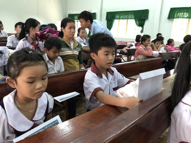 Các em học sinh sau khi nhận học bổng