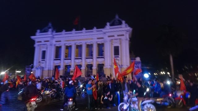 """Khu vực Hồ Gươm """"nghẹt thở"""" sau kỳ tích của U23 Việt Nam - 35"""