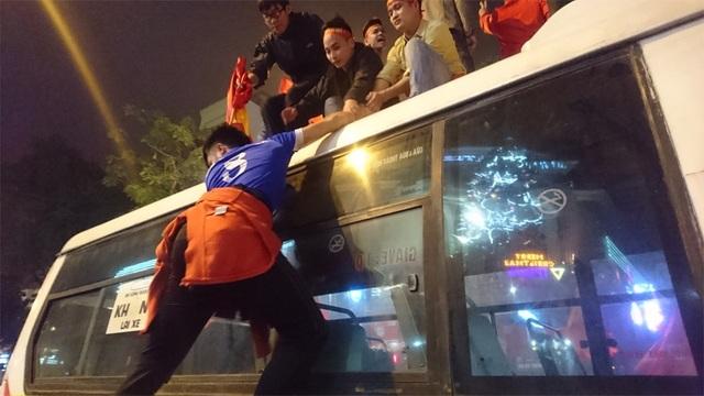 Cùng kéo nhau lên nóc xe buýt để hò reo ăn mừng chiến thắng...