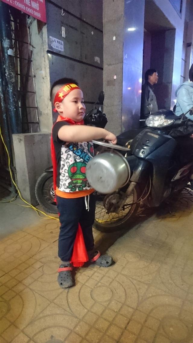 Em nhỏ này học theo người lớn mang cả nồi nấu canh của nhà mình ra gõ