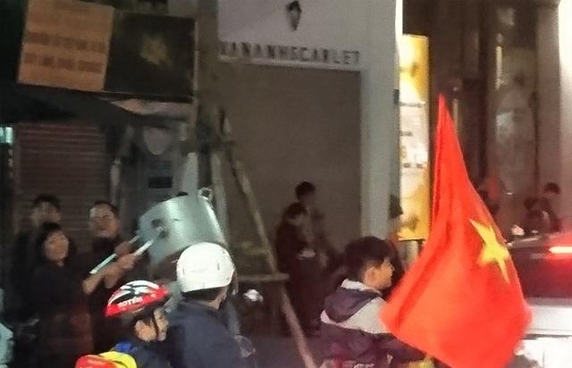 """Những đạo cụ """"độc"""" trong đêm ăn mừng chiến thắng của U23 Việt Nam - 9"""