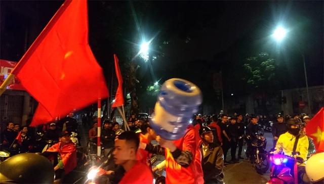 Vỏ bình nước cũng được mang ra để cổ vũ cho chiến thắng của đội tuyển U23 Việt Nam.