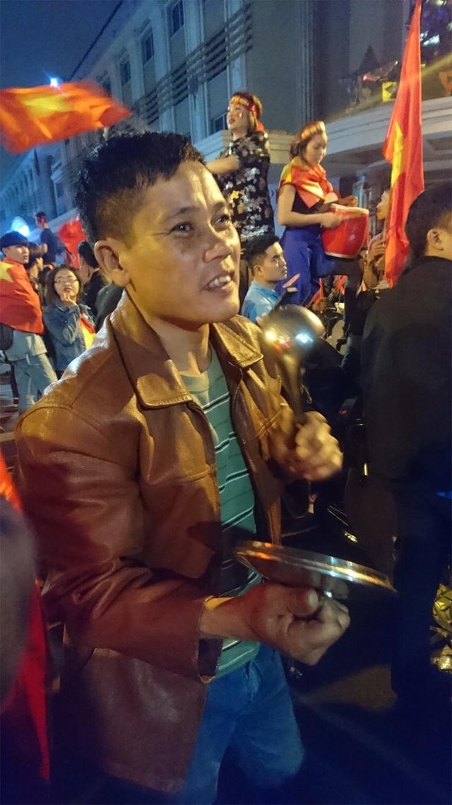 Vung xoong và muôi múc canh bất đắc dĩ trở thành đạo cụ của người đàn ông này trong đêm chiến thắng của đội tuyển U23 Việt Nam.