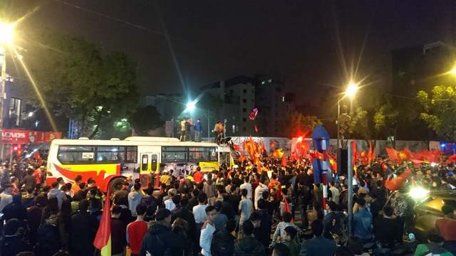 Ngay khi trận đấu kết thúc, người hâm mộ đã đổ ra đường rất đông. Tuyến phố Huế, Hai Bà Trưng, đoạn gần với ngã tư Hàng Bài - Hai Bà Trưng (Hà Nội) luôn trong tình trạng chật cứng người. Một chiếc xe buýt đã bị dòng người chặn đứng giữa đường.