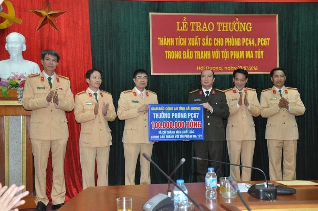Đại tá Bùi Ngọc Phi, Giám đốc Công an tỉnh thưởng nóng cho PC67 (ảnh CTV)