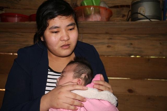 Chị Trinh đau đớn khi nhìn đứa con gái đang đối mặt với tử thần mà bất lực