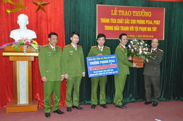 PC44 đón nhận phần thưởng từ lãnh đạo Công an tỉnh (ảnh CTV)