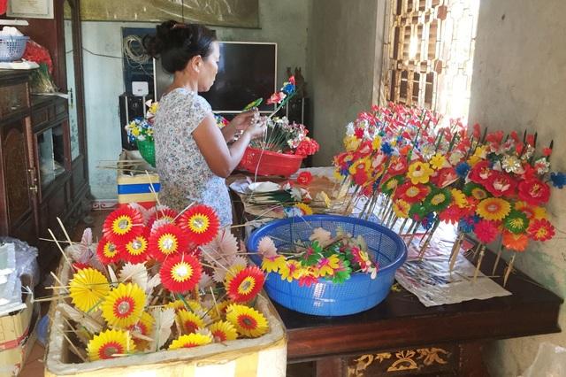 Các nghệ nhân làng Thanh Tiên tất bật chuẩn bị hoa cúng bán Tết