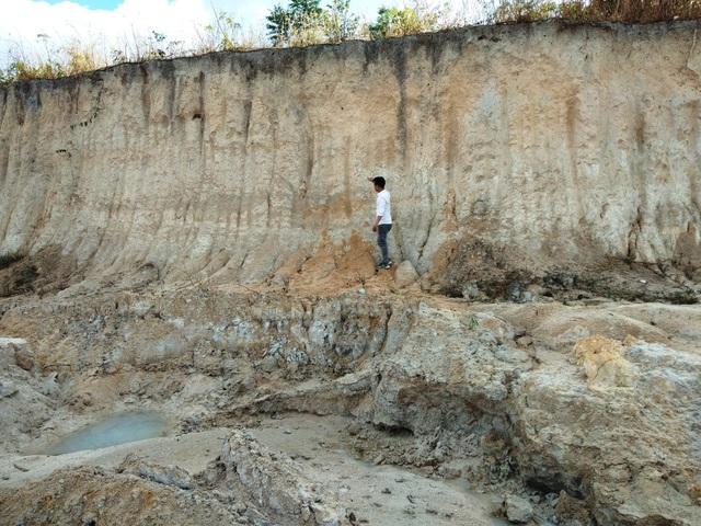 Cạo nát ngọn đồi để lấy cát, khiến tình trạng sạt lở xảy ra nghiêm trọng.