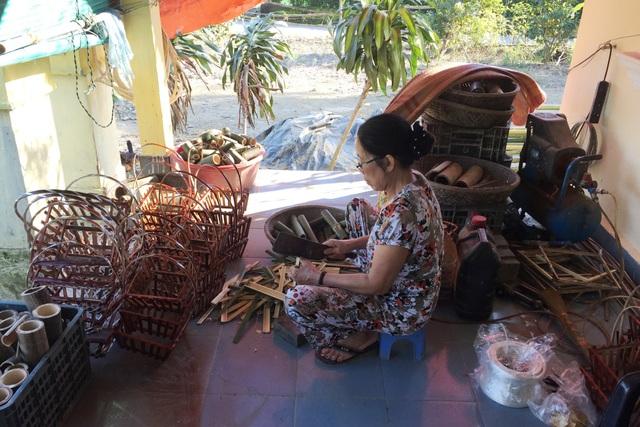 Những người dân làng Thanh Tiên còn làm thêm giỏ hoa, giỏ quả để tăng thu nhập