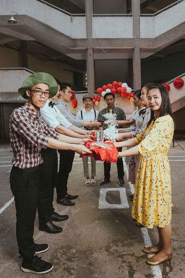 Bộ ảnh có sự xuất hiện của cô Hà – giáo viên chủ nhiệm lớp nên các thành viên rất hào hứng và cảm thấy có nhiều khoảnh khắc ý nghĩa cùng với nhau.