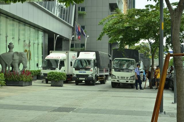 Hàng loạt xe tải đậu dàn hàng ngang trên vỉa hè đường Nguyễn Huệ