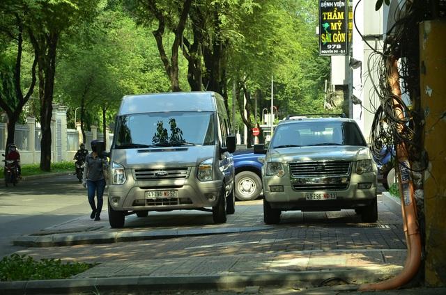 2 chiếc xe biển số ngoại giao đậu chiếm hết vỉa hè, người đi bộ phải di chuyển ở sát lòng đường