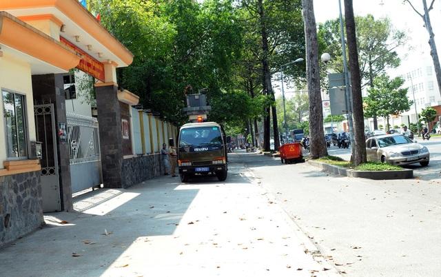 Chiếc xe biển số xanh đậu trên vỉa hè trước trụ sở Phòng Cảnh sát giao thông Công an TPHCM