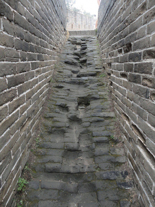 Với hàng triệu lượt khách đến tham quan mỗi năm, việc các bậc thang bằng đá của vạn lý trường thành bị biến dạng đáng kể theo thời gian là điều hoàn toàn dễ hiểu.