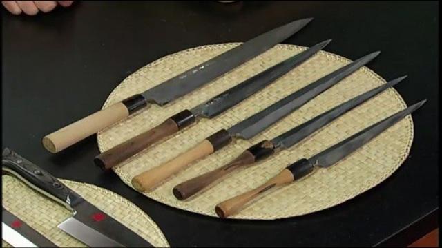 Trên hình chính là bộ dao của đầu bếp lừng danh Morimoto. Được biết, tất cả những chiếc dao này đều có cùng một kiểu dáng cũng như chất liệu. Tuy nhiên, chiếc dao lớn trên cùng vẫn còn mới nguyên. Trong khi đó, 4 chiếc dao ở dưới đã được sử dụng và mài dũa trong suốt 3 năm.