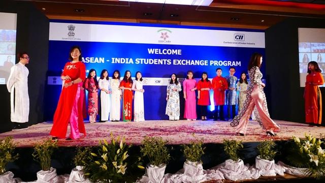 Các bạn trẻ Việt Nam trình diễn trang phục dân tộc tại thủ đô New Delhi ngày 22/1