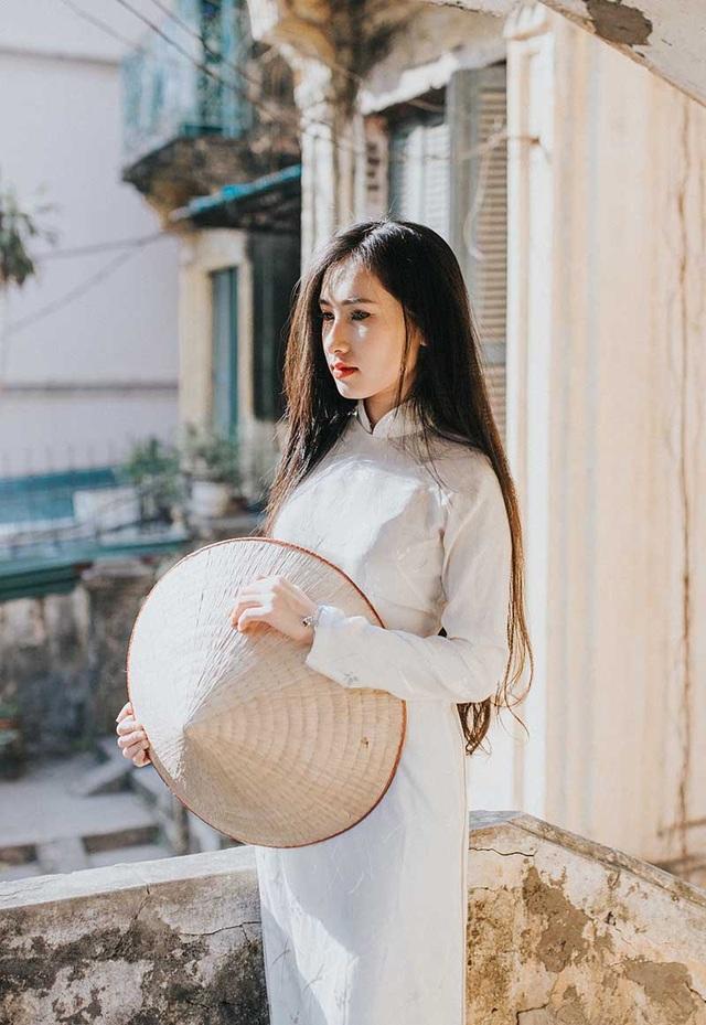 Cô gái đến từ mảnh đất Bắc Giang luôn cố gắng để không ảnh hưởng đến kết quả học tập, Minh Hồng luôn ý thức được tầm quan trọng của việc trau dồi kiến thức cũng như kỹ năng sống của một cô gái hiện đại.