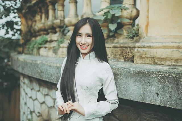 Nói về bộ ảnh, Minh Hồng ngỏ lời rằng cô bạn muốn lưu lại những khoảnh khắc dịu dàng, thướt tha trong tà áo dài truyền thống.