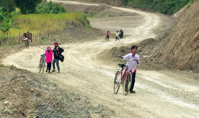 Đường đến trường của các em xa xôi, cách trở