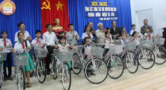 Đoàn từ thiện trao xe đạp cho các cháu có hoàn cảnh khó khăn vươn lên học giỏi tại TT. Củng Sơn (H. Sơn Hòa)