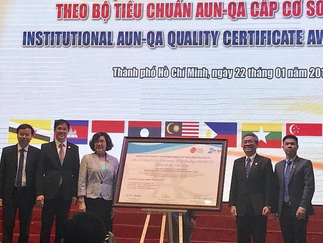 Bà Nantana Gajaseni (thứ ba từ trái sang), quyền Chủ tịch Hội đồng AUN-QA trao chứng nhận đạt chuẩn cho trường ĐH Bách khoa TPHCM