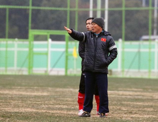 HLV Park Hang Seo chỉ đạo các học trò trên sân