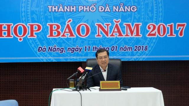 Ông Huỳnh Đức Thơ - Chủ tịch UBND TP Đà Nẵng chủ trì buổi họp báo của UBND thành phố sáng 11/1