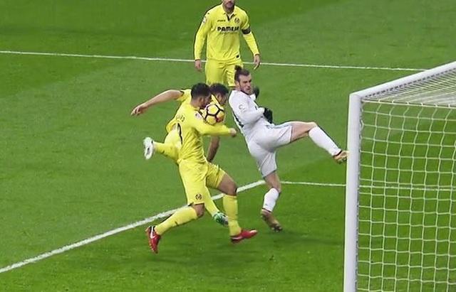 Bóng chạm tay cầu thủ Villareal sau cú đánh đầu của Bale