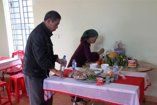 Bác Thịnh làm lễ báo cáo Thổ công, Thổ địa và gia tiên để chuyển sang nhà mới