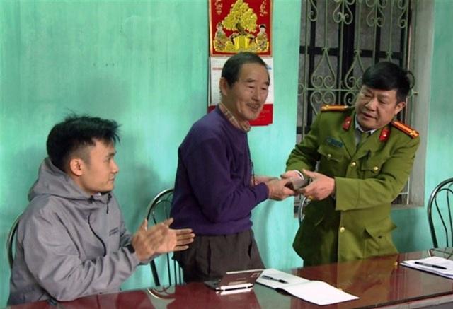 Cơ quan Công an trao trả lại tài sản bị mất cắp cho ông ông Hiraga Tsugio (ảnh: Công an Thái Bình)