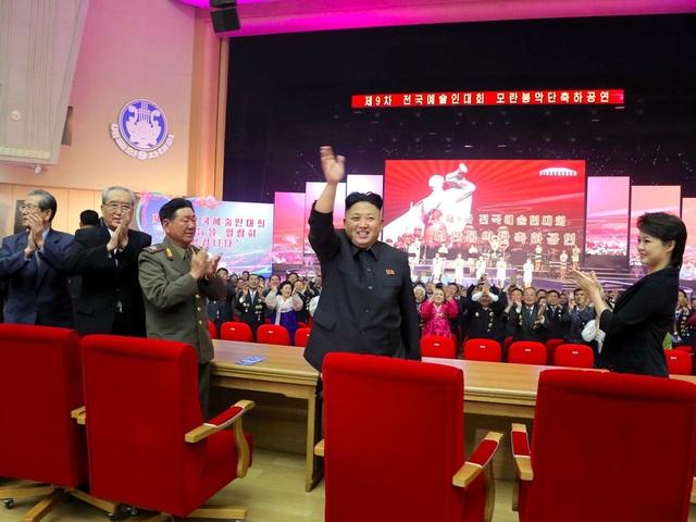 Tuy nhiên tháng 9/2015, họ bất ngờ xuất hiện trở lại và biểu diễn trước nhà lãnh đạo Kim Jong-un và một phái đoàn Cuba ở thăm Triều Tiên. (Ảnh: Reuters)