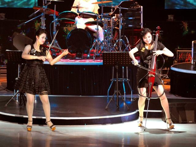 Ban nhạc này tuy nhiên có phong cách biểu diễn cũng như phong cách thời trang có sự ảnh hưởng lớn từ phương Tây như mặc váy ngắn, đi giày cao gót. (Ảnh: Reuters)