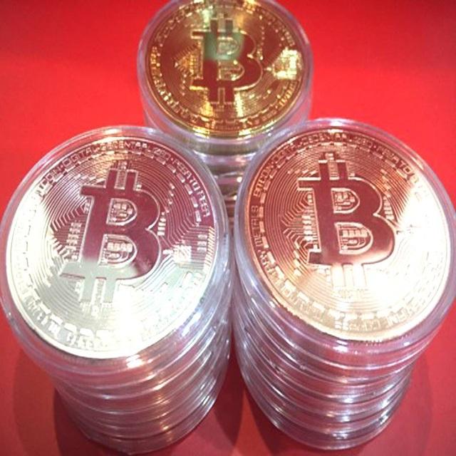 Ba loại đồng xu Bitcoin lưu niệm mạ vàng, bạc, đồng được xách tay về Việt Nam.