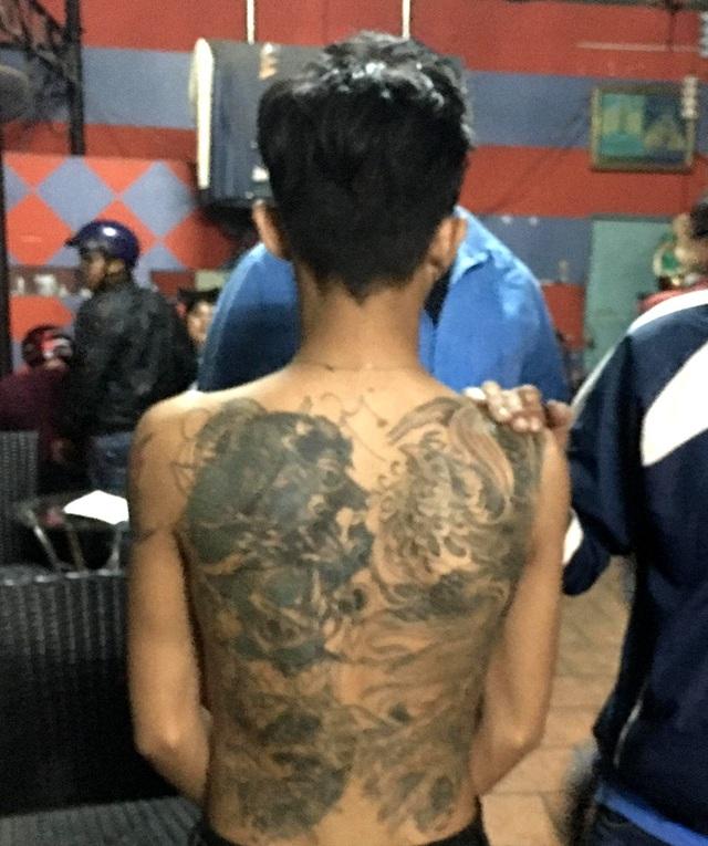 Hình xăm kín lưng của một nghi can trong vụ cướp.