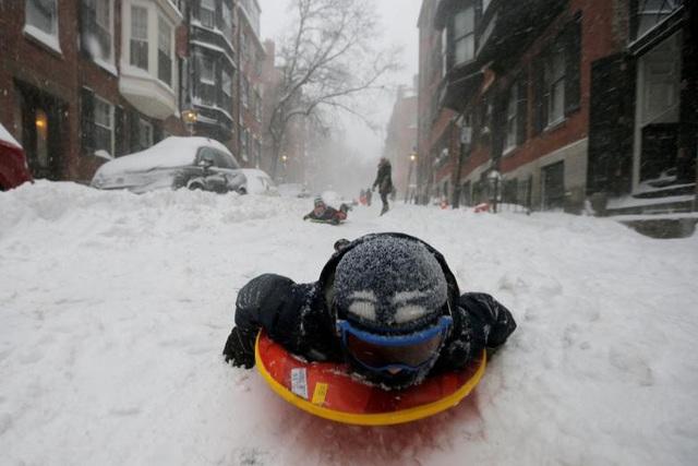 Tại một số khu vực, tuyết rơi dày tới 40 cm và đường phố trở thành khu trượt tuyết của nhiều trẻ em. (Ảnh: Reuters)