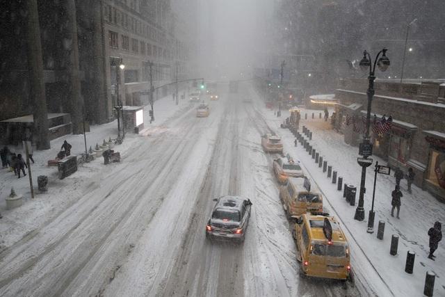 Nhiều vụ tai nạn đã xảy ra do đường trơn trượt. Giao thông tại một số nơi thậm chí bị tê liệt khi tuyết rơi liên tục. (Ảnh: Getty)