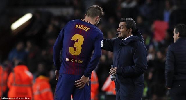 HLV Valverde chỉ dẫn Pique trong tình huống giải lao