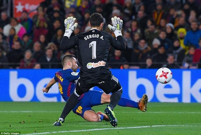 Đường chuyền của Messi giúp Alba thuận lợi băng xuống vòng cấm đối mặt thủ môn Alvarez của đội khách và tung cú sút ghi bàn.