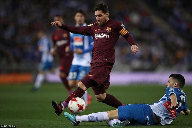 Messi đá hỏng phạt đền ở trận lượt đi với Espanyol
